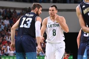 Nocioni y Maciulis (Foto: FIBA)