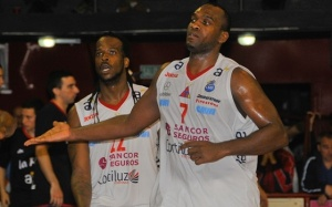 Reque Newsome y Kevin Young (Foto: Basquet Caliente)
