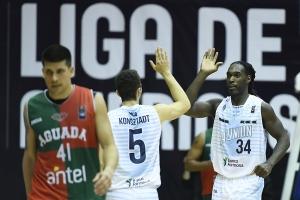 Alejandro Konsztadt y Torin Francis (Foto: FIBA Américas)